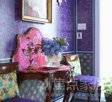 紫色花纹壁纸铺贴的墙壁,让房间充满浪漫色彩,不禁使人联想到普罗旺斯