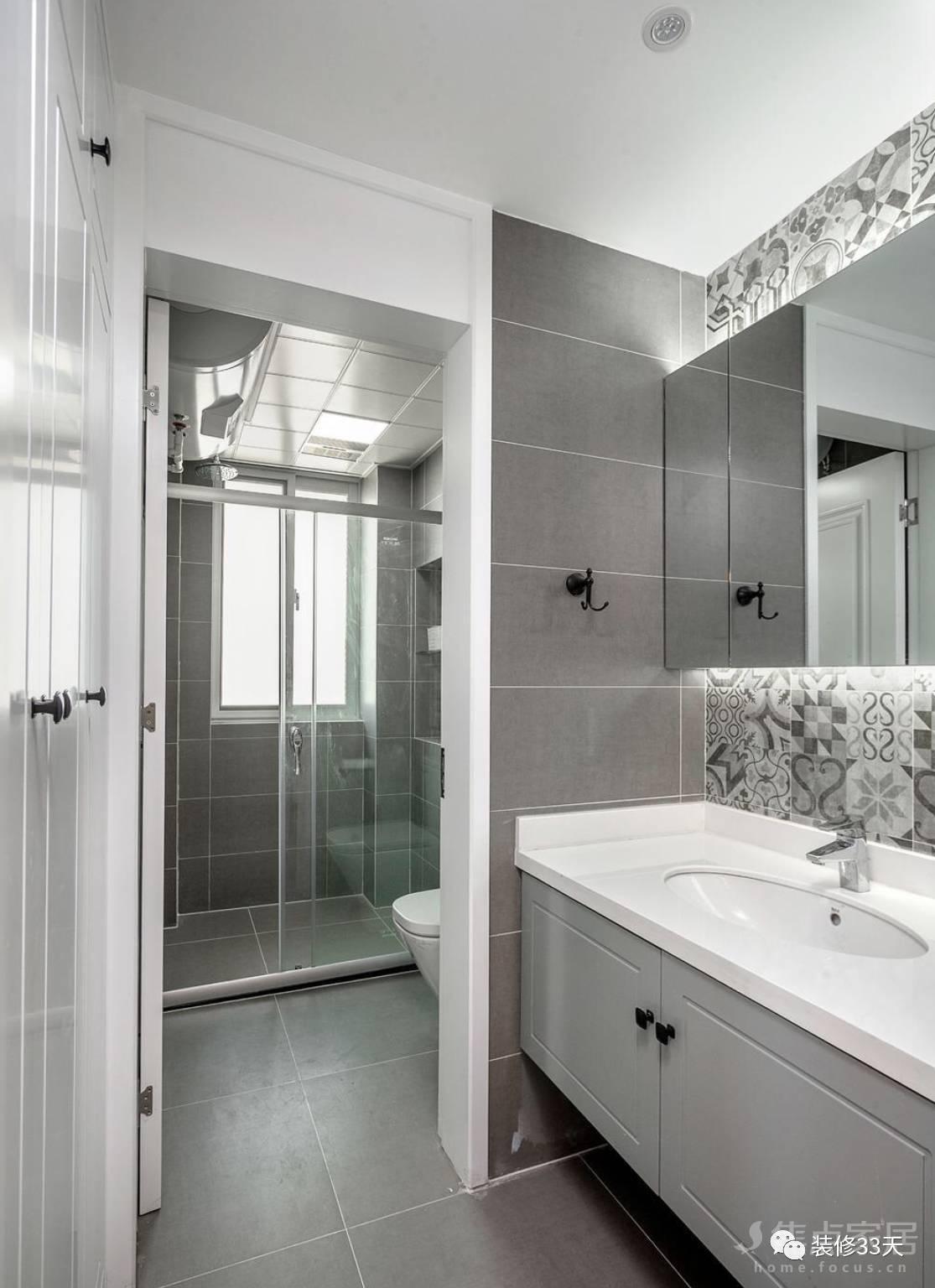 厨房地面与墙面铺贴灰色哑光砖,白色铝扣板吊顶,原木色的橱柜