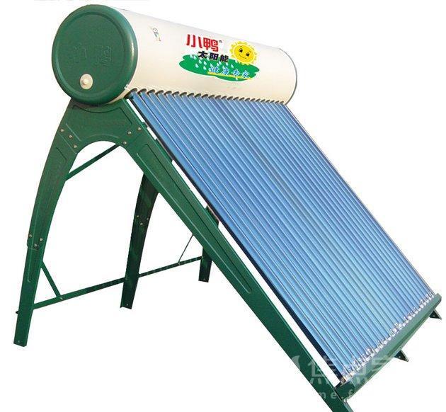 小鸭太阳能热水器的结构知识汇总   保温水箱   储存热水的容器。通过集热管采集的热水必须通过保温水箱储存,防止热量损失。太阳能热水器的容量是指热水器中可以使用的水容量,不包括真空管中不能使用的容量。对承压式太阳能热水器,其容量指可发生热交换的介质容量。   太阳能热水器保温水箱由内胆、保温层、水箱外壳三部分组成。