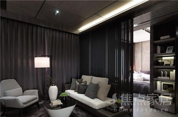 客厅里大大的落地窗配着黑灰色的窗帘,选择了棕色皮质沙发配