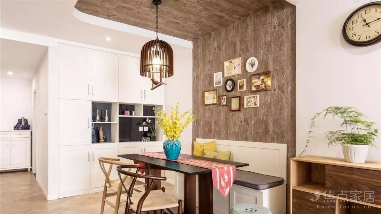 餐厅卡座设计,一侧墙面设计收纳柜和展示柜图片