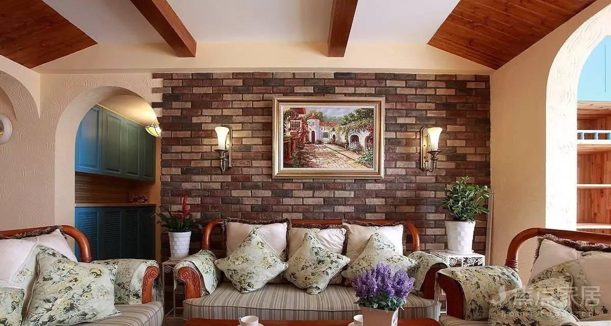 客厅沙发背景墙简单的做了拱形,内饰并不显眼的风景画,极力突出电视