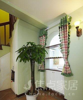 淡綠色的墻面,配上田園窗簾效果也不錯的.