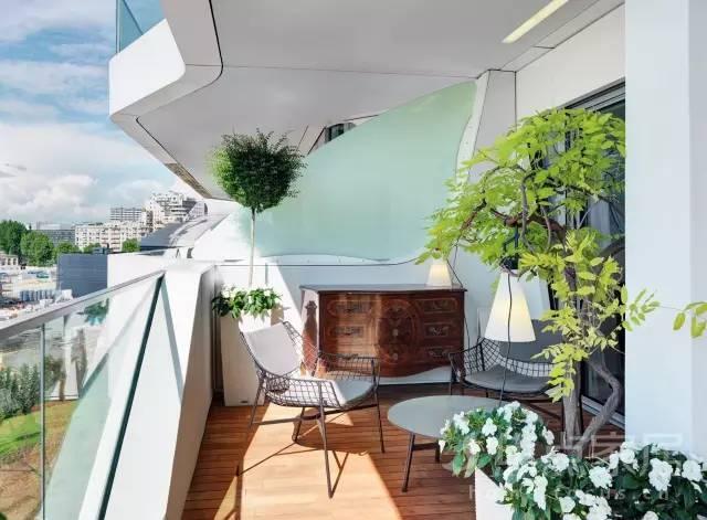 简约的桌椅灯具,这样的阳台休闲区小编也想进去晒晒太阳坐一坐图片