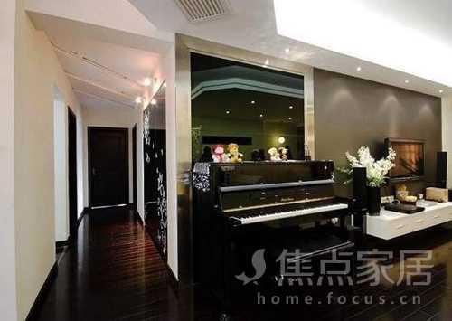 从中间过道往里看,位于客厅电视墙隔壁的钢琴,光看着都觉得琴声悠然