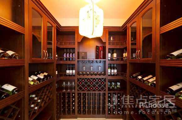 地下室的实木酒柜和装上各式红酒之后,在昏暗的灯光俨然艺术般的图片