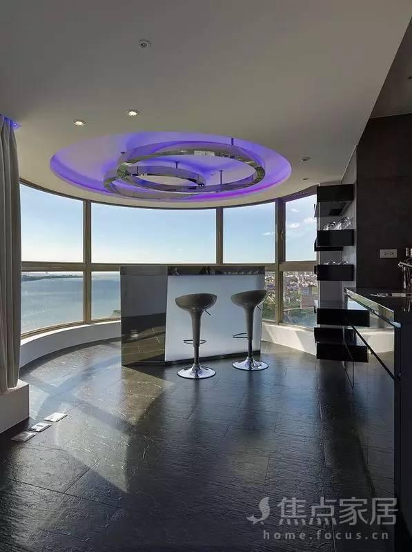 简单的吧台,正对着半圆形落地窗,品尝美酒的同时,还可以观赏风景,惬